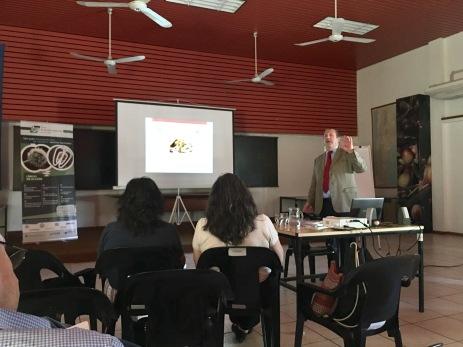 Dr. Aldo Casella iniciando la disertación